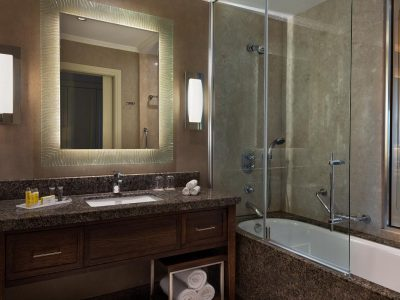 MH_ISTMC_Deluxe_King_Bathroom_1